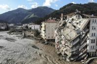 น้ำกวาดซัดเมืองจนตึกถล่ม ตุรกีตายพุ่ง สุดช้ำเพิ่งดับไฟป่าเสร็จ